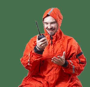 Vrolijke man met een marifoon in zijn hand