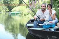 Twee mensen in een roeiboot